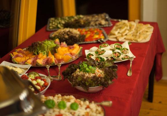 leckeres italienisches Buffet passend zum Roman Ein Ort in Italien im Fritz Cafe