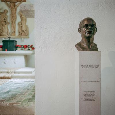 Flossenbürg - Gedenkbüste in der Kapelle