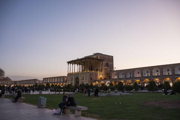 Großer Platz am Abend