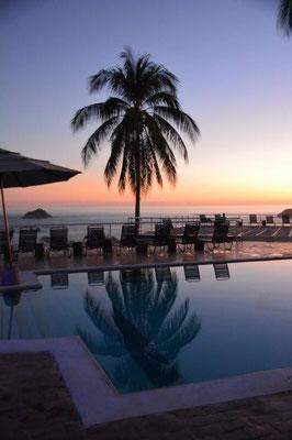 Am Hotel Pool zum Sonnenuntergang