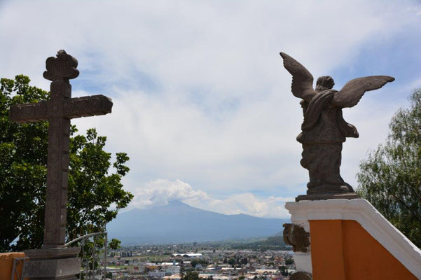 Im Hintergrund der Vulkan Popocatepetl