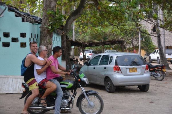Zu Dritt mit dem Mototaxi zum Surfbrett Verleih