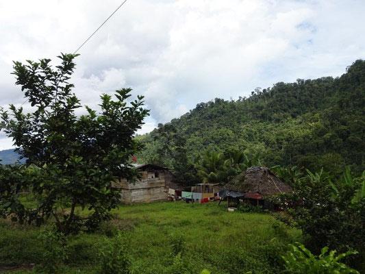 Ärmliche Hütten unterwegs in den Bergen