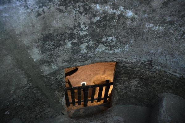Da unten gehts rein ins Schachtgrab