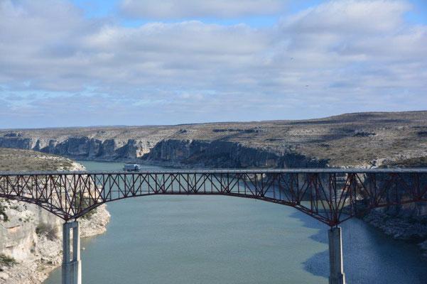 Brücke über den Rio Pecos - Ja, da fährt MOMO