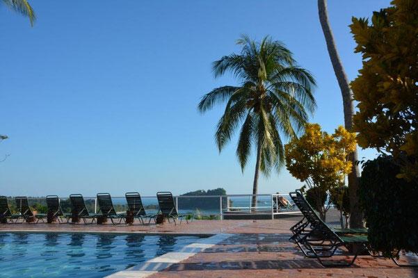 Der tolle Hotel Pool mit super Aussicht auf die Bucht