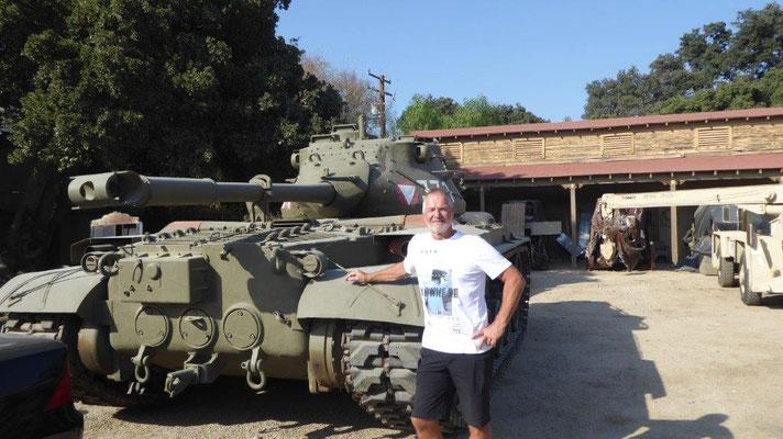 Arnie steht hinter dem Panzer.....