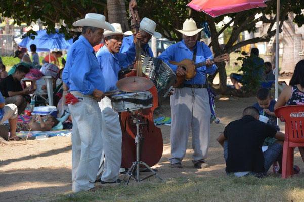 Chacala Beach - Beach musicans