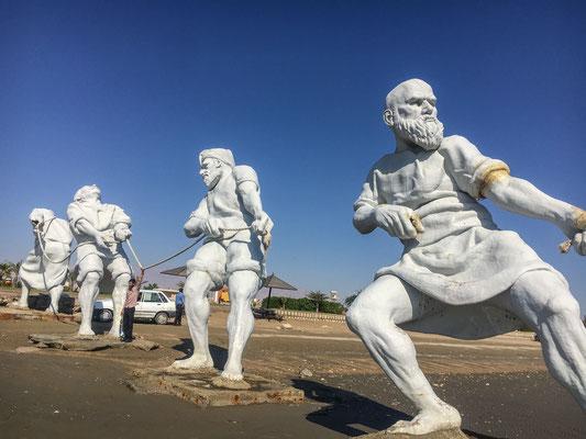 Skulpturen am Strand von Bandar Abbas