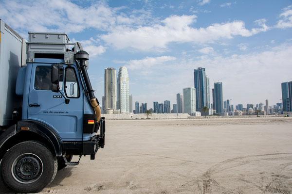 Am Strand in Sharjah umgeben von Wolkenkratzern