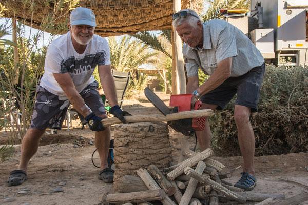 Holz hacken für die Wüstentour