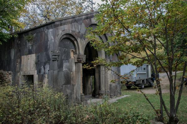 letzter Stellplatz in Armenien, einsame Kirche mitten im Wald