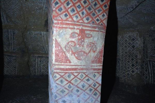Grabkammer mit bemalter Säule