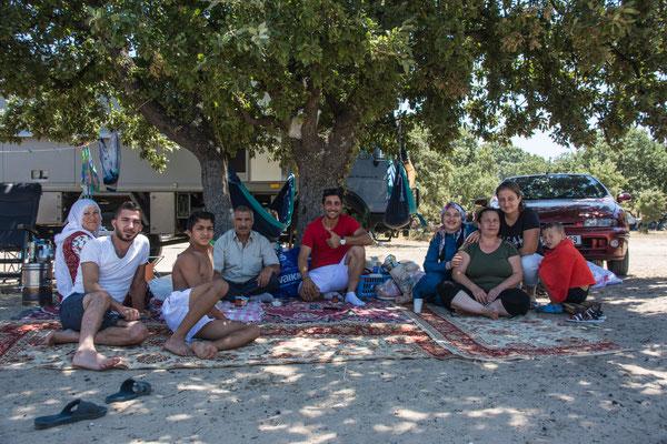 Toller Platz am Strand umgeben von türkischen Familien