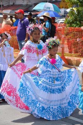 Mädels in Tracht bei der Parade