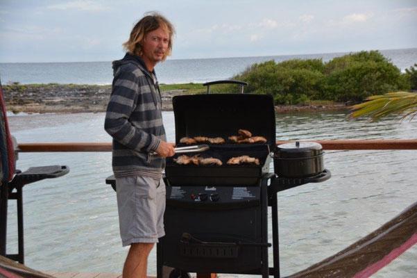 Pär, der schwedische Besitzer, bereitet das Abendessen vor