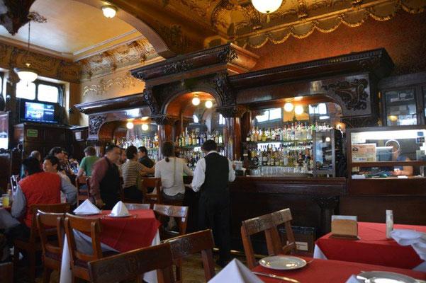 Letztes Mittagessen in der Opera Bar - mit Einschusslöchern an der Decke