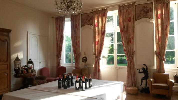 Dégustation de vin dans le salon du Château La Hitte en Lot et Garonne