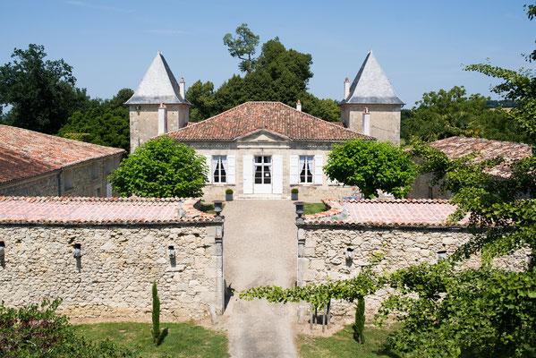 Cour du Château la Hitte Vignoble AOC Buzet avec vue sur la chartreuse