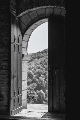 Contre-jour (église du Prieuré à Ambialet, Tarn) : un sujet de Discutons photo à Poussière d'Image