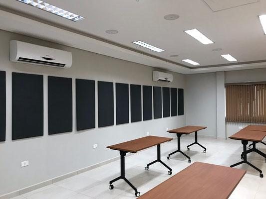 Panelas acústicos personalizados para aulas.