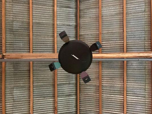 Bose FreeSpace 3 con accesorio Omni para suspender en techos altos.