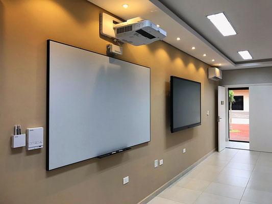 Proyector interactivo Epson Brightlink y tv táctil Avocor.
