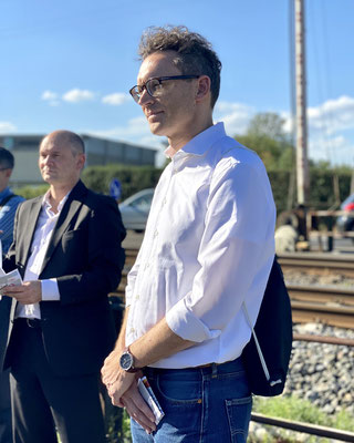 Nils Kößler mit dem CDU Verkehrsexperten Frank Nagel an der Bahnschranke in Nied.