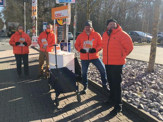 CDU Nied vor Ort am Lidl (v.l.: Marita Schäfer, Peter Klonecki, Michael Kumnick und Andreas Welcher).