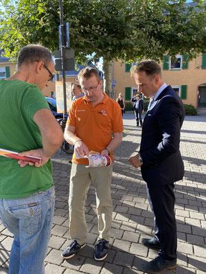 Tobias Fechler diskutiert die Pläne der Bahnunterführung mit Dirk Knoll (links) und Martin Heipertz.
