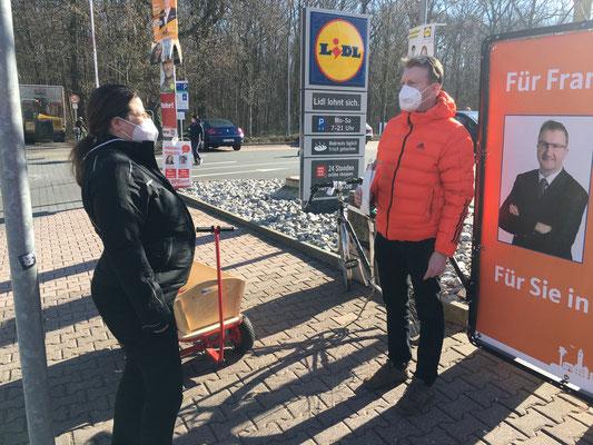 Tobias Fechler im Gespräch mit Bürgern vor Ort.