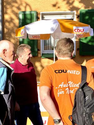Edgar Lühn und Michael Kumnick am CDU Nied Stand.