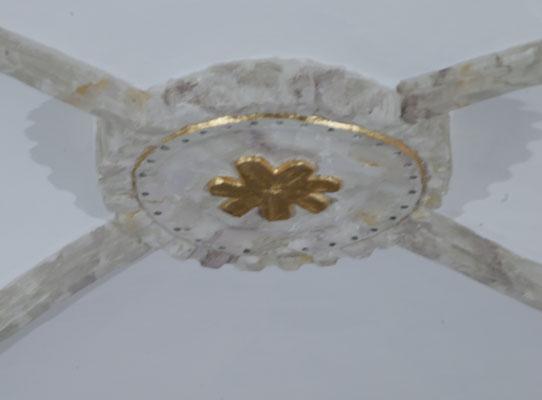 Ornamentación de los nervios y rosetón de la bóveda con imitación a piedra y pan de oro.