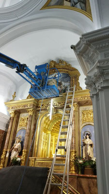 Instala de la tabla en el retablo.