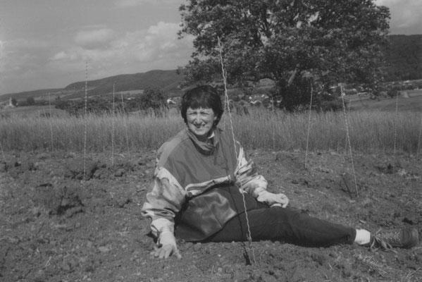 Karin Schäfer • beim Pflanzen der neuen Rebstöcke