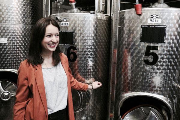Julia während der Kellerführung • Schäfers Weingut, Franken