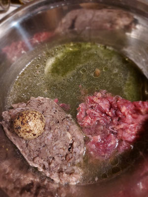 Grüner Smoothie, Pansen vom Rind (gewolft), Rindfleisch (gewolft), Wachtelei roh mit Schale,  Lachsöl