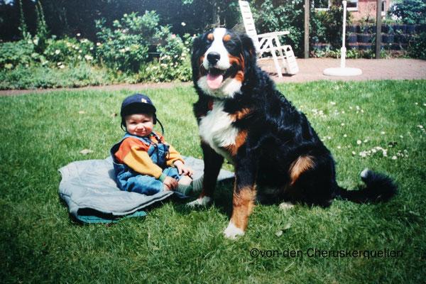Asko mit unserem Sohn, stets der große Beschützer :)