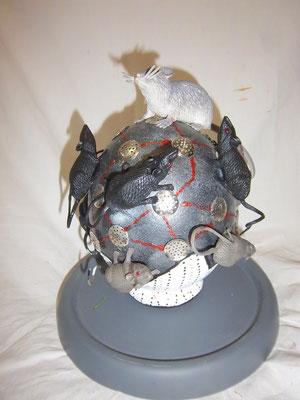 Assemblage sur oeuf d'autruche (rats en plastique) 300€