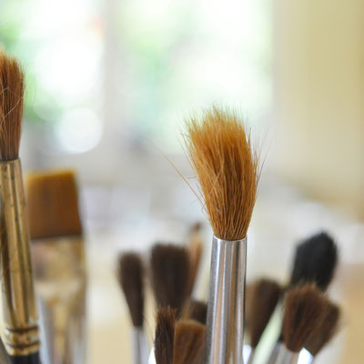 In den kunsttherapeutischen Workshops von Helen Wissen werden unter anderem Pinsel genutzt, um mit Farbe zu arbeiten.