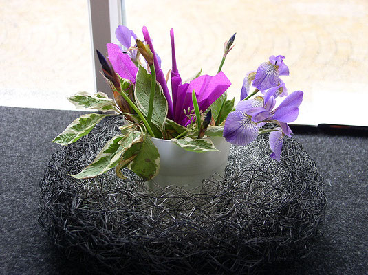 Kranz / schwarz + silberfarben / innen Blumengefäß