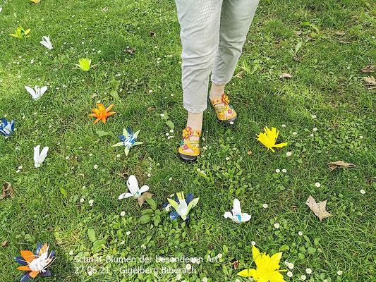 Besucherin mit den passenden Schuhen