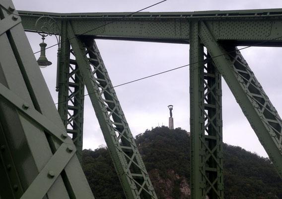 401 - Eine der neun Donaubrücken in Budapest