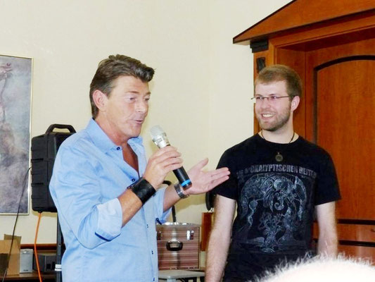"""Moderator Frank Zimmermann (links) bat KARL MAY & Co.-Redakteur Jonas Remmert, über die Arbeit am """"Zentralorgan"""" zu referieren."""