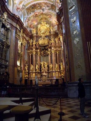 Bild 479 - Die Papstkrone über dem Altar
