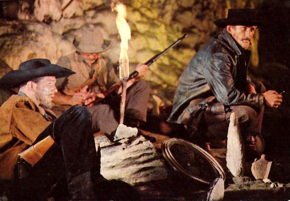 R 23 - Winnetou II - Eine Szene - Srren bewachen drei Banditen die Gefangenen