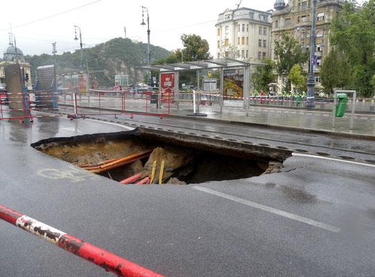 411 - Aufpassen - das Loch in der Strasse