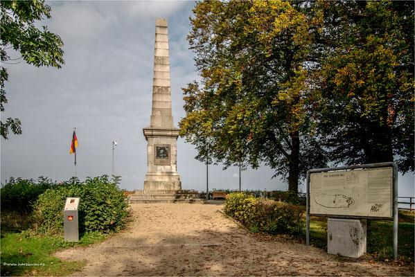 die Canossa-Säule auf dem Burgberg