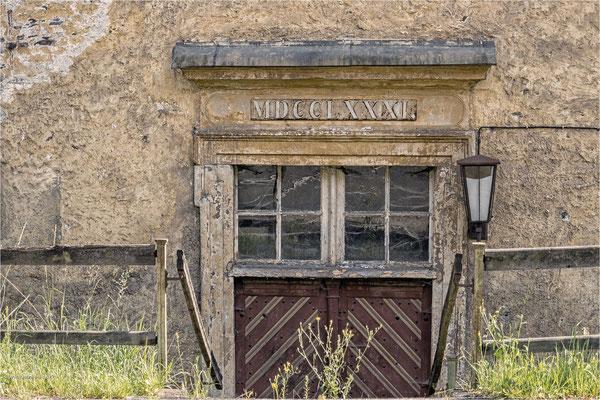 Eingang zu einer alten Fabrik in Mägdesprung