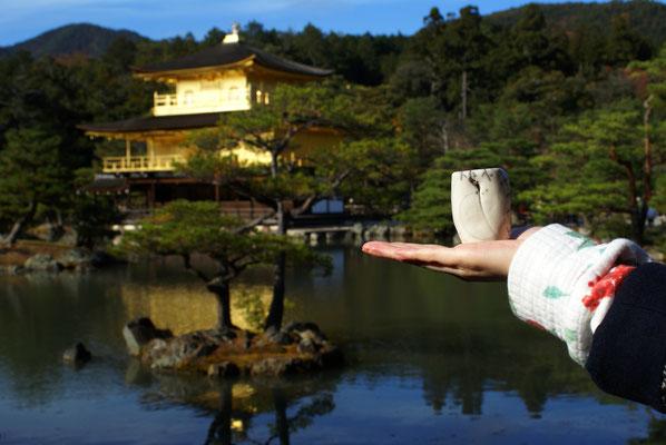 Au pavillon d'or, le temple Rokuon-Ji, à Kyoto...
